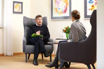 Uwe Arand im Gespräch mit einer Klientin